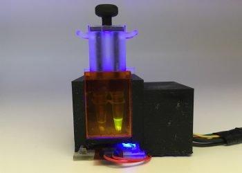 Ingenieros del MIT y de la Universidad de Harvard han diseñado un pequeño dispositivo de sobremesa que puede detectar el SARS-CoV-2 a partir de una muestra de saliva en aproximadamente una hora, además de mutaciones víricas específicas relacionadas con algunas de las variantes que circulan actualmente. Foto: Devora Najjar (MIT) / EFE.