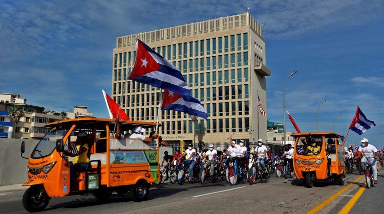 Caravana en apoyo al gobierno cubano por el Malecón de La Habana, mientras pasa por las inmediaciones de la Embajada de los EE.UU. en Cuba, el 5 de agosto de 2021. Foto: Ernesto Mastrascusa / EFE.