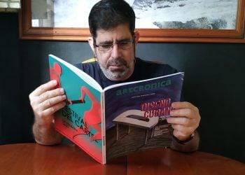 David Mateo revisando la versión impresa de la revista Artcrónica dedicada al diseño cubano. Foto: Belkis Martín.