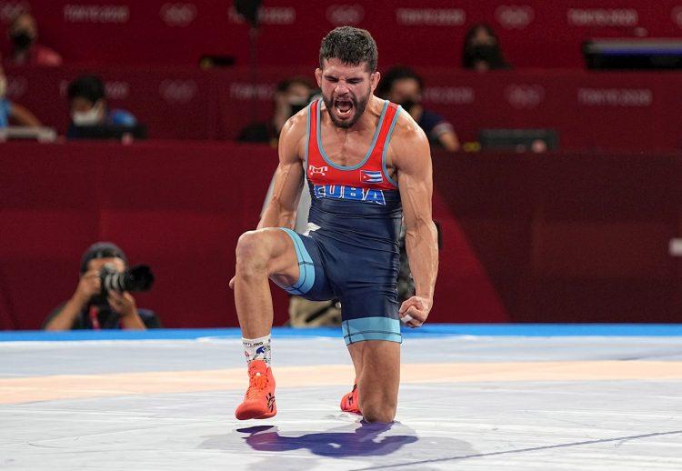 El luchador en la modalidad de lucha grecorromana, Luis Alberto Orta, celebra tras ganar la primera medalla de oro para Cuba en los Juegos Olímpicos de Tokio. Foto: EFE.