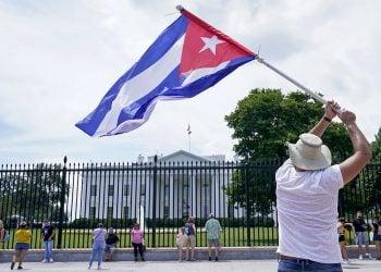 Cubanos se manifiestan frente a la Casa Blanca en apoyo a las protestas de julio 2021. Foto: AP /Susan Walsh)