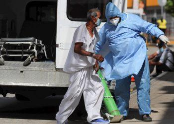 Un paciente sospechoso de tener la COVID-19 llega en ambulancia al Hospital San Felipe en Tegucigalpa, Honduras. Foto: Gustavo Amador / EFE / Archivo.