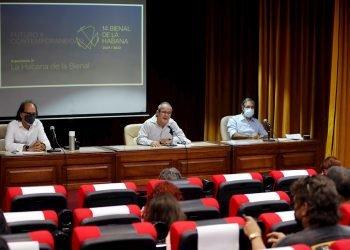 Alexis Triana (c), director del Centro de Comunicación Cultural del Ministerio de Cultura de Cuba, junto a otros funcionarios, participan en una conferencia de prensa sobre la 14 Bienal de La Habana, el 24 de agosto de 2021. Foto: Ernesto Mastrascusa / EFE.