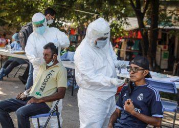 Trabajadores de Salud realizan pruebas para detectar la COVID-19 en el balneario de Acapulco, en estado de Guerrero (México). Foto: David Guzmán / EFE / Archivo.