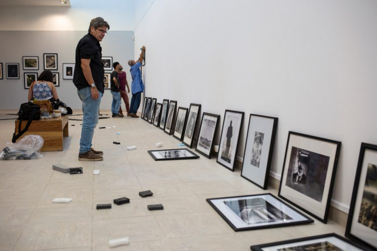 Rafael Acosta en el montaje de la expo La imagen sin límites, Museo Nacional de Bellas Artes. La Habana, 2018.