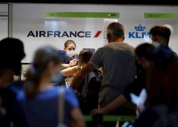 Pasajeros en el aeropuerto de Madrid-Barajas. Foto: Emilio Naranjo / EFE / Archivo.