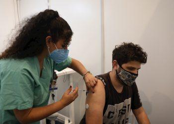 Un hombre recibe una dosis de una vacuna contra la COVID-19. Foto: Abir Sultan / EFE / Archivo.