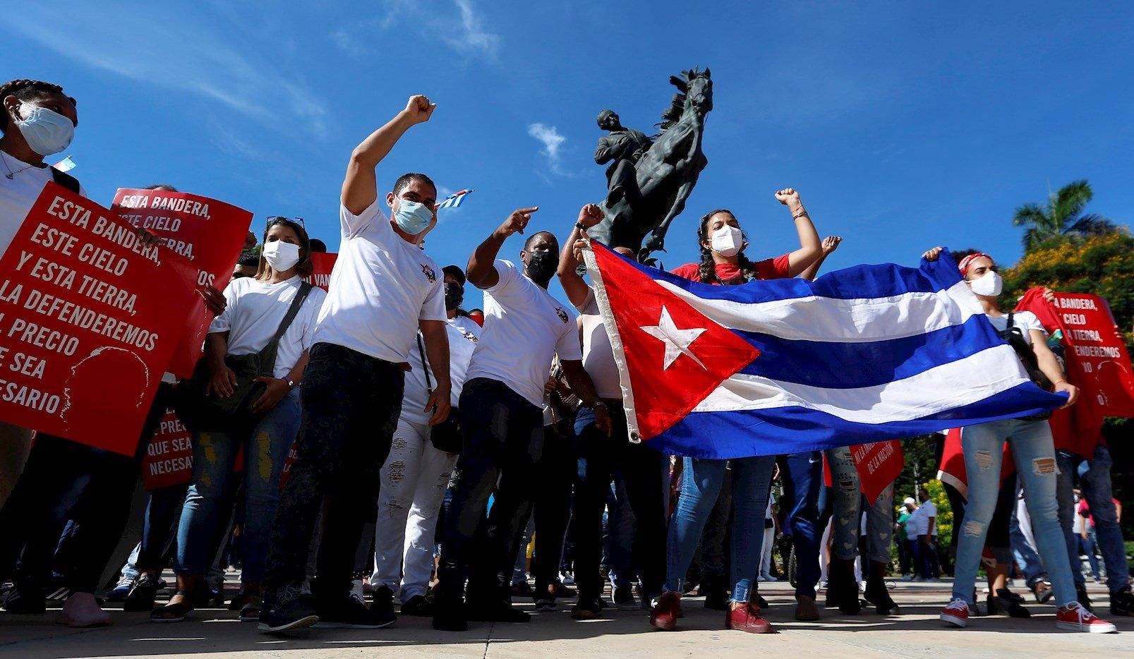 Jóvenes cubanos se manifiestan a favor del gobierno, en el Parque 13 de marzo, en La Habana, el 5 de agosto de 2021. Foto: Ernesto Mastrascusa / EFE.