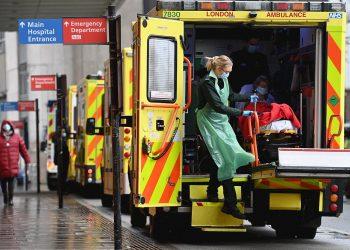 Personal paramédico traslada a una paciente con la COVID-19 en el Reino Unido. Foto: Andy Rain / EFE / Archivo.