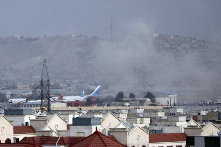 El humo de las explosiones en el Aereopuerto de Kabul. Foto: AP.