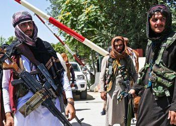 Efectivos talibanes montan guardia a la entrada norte del aeropuerto de Kabul.  Foto: AP