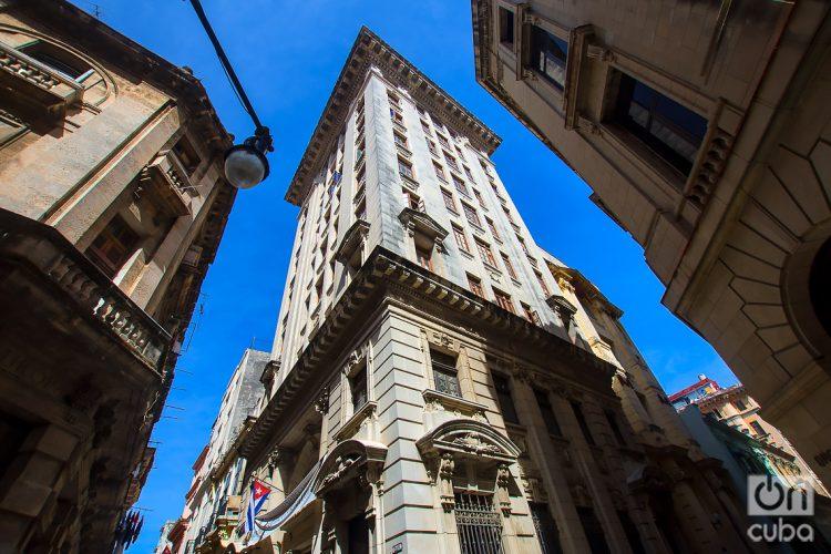 No pocos edificios de La Habana poseen una belleza arquitectónica, muchas veces desapercibida en la vida cotidiana. Foto: Otmaro Rodríguez.
