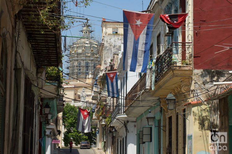 Banderas cubanas ondean en la calle Chacón en La Habana, Cuba. Foto: Otmaro Rodríguez (Archivo).