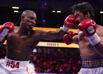 El cubano Yordenis Ugás rompe la defensa del filipino Manny Pacquiao. Foto: John Locke/AP.