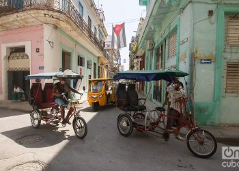 Bicitaxis en una calle de La Habana. Foto: Otmaro Rodríguez
