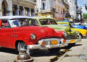 Carros en La Habana Vieja. Foto: tomada de Pinterest.