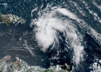 Imagen de satélite de un área de bajas presiones ubicada en mares del Caribe oriental que podría convertirse en ciclón y afectar a Cuba. Foto: NOAA NWS national Hurricane Center/Facebook.
