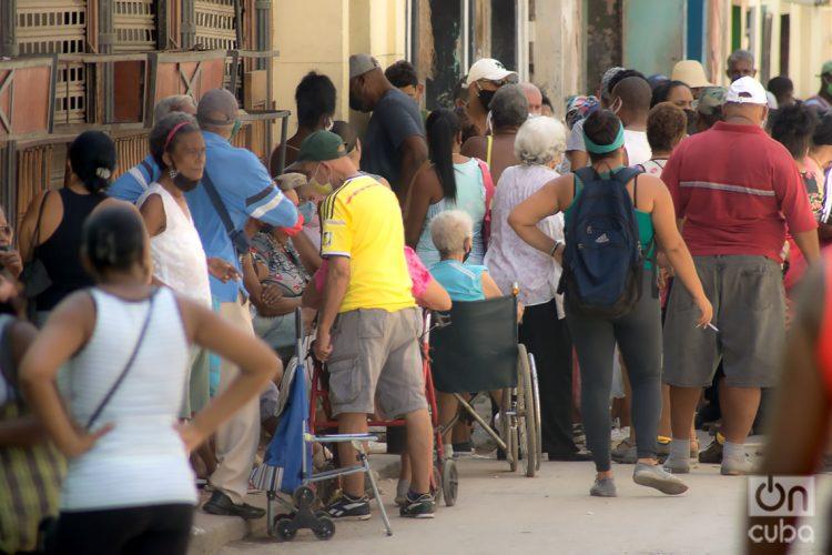 Comprando pollo en moneda nacional. Foto: Otmaro Rodríguez.