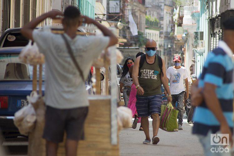 Personas en una calle de La Habana durante la pandemia de coronavirus. Foto: Otmaro Rodríguez.