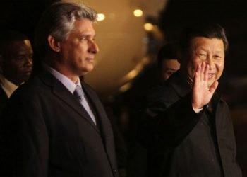 Imagen de archivo de los presidentes de Cuba, Miguel Díaz-Canel (izq), y China, Xi Jinping (der), durante una visita del primero a la nación asiática. Foto: Prensa Latina / Archivo.