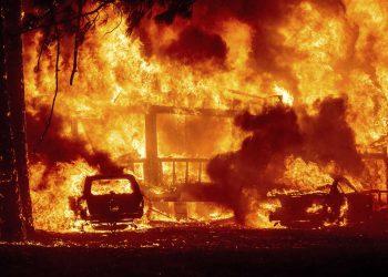 Las llamas consumen una casa en Greenville, California, el miércoles 4 de agosto de 2021. El incendio arrasó varios edificios históricos y docenas de casas en el centro de la localidad. Foto: Noah Berger/AP.