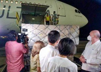 El ministro cubano de Comercio Exterior e Inversión Extranjera recibe la carga humanitaria de China junto al embajador del país asiático en La Habana. Foto: Carlos Miguel Pereira/Facebook via Cubadebate.