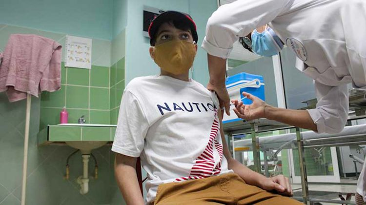 Un niño cubano es inmunizado contra la COVID-19. Foto: ACN / Archivo.