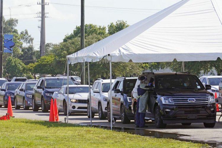 Los autos se alinean en el sitio de pruebas COVID-19 del campus de Miami Dade College North. Miami. Las admisiones hospitalarias de pacientes con coronavirus continúan aumentando en Florida. Foto: Marta Lavandier/AP.