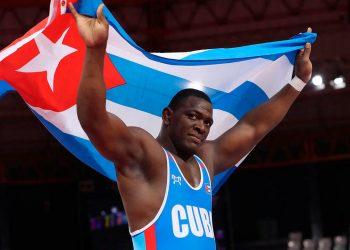 Mijaín López, el abanderado de la delegación cubana,  celebra su cuarta medalla de oro olímpica consecutiva. Foto: Martin Alipaz / AP
