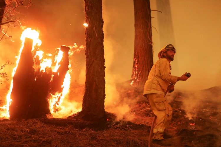 Un bombero comatiendo el incendio Dixie, cerca de Taylorsville, California, 10 de agosto de 2021. Foto: REUTERS.