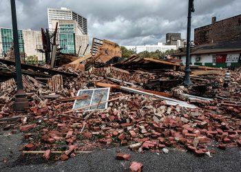 Ladrillos de un edificio derrumbado por el impacto del huracán Ida en New Orleans, Luisiana. Foto: Dan Anderson / EFE.