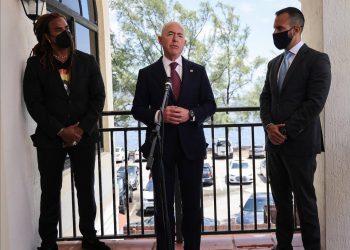 El secretario de Seguridad Nacional, Alejandro Mayorkas,  posa en la Ermita de la Caridad, en Miami, tras la reunión con cublanosamericanos.   Foto Carl Just / Cortesía Miami Herald