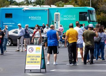 Las autoridades sanitarias de Florida han abierto más puestos móviles de detección y vacunación para hacer frente a la actual oleada de la COVID-19. Foto: AP / Archivo.