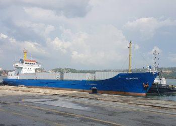 El carguero Augusto C. Sandino en el puerto cubano del Mariel, tras arribar con un cargamento de ayuda humanitaria enviado por el gobierno de Nicaragua a Cuba a inicios de agosto de 2021. Foto: ACN / Archivo.