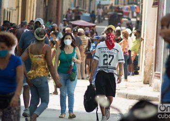Personas transitan por la Calle Habana. Al fondo, cola para comprar pollo. Foto: Otmaro Rodríguez