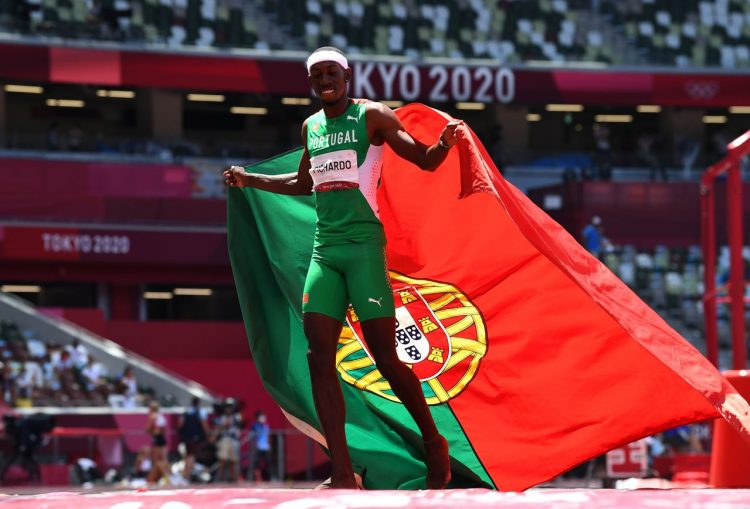 El cubano Pedro Pablo Pichardo gana celebra el título olímpico de triple salto en Tokio, compitiendo por Portugal. Foto: Reuters /Clodagh Kilcoyne via nippon.com
