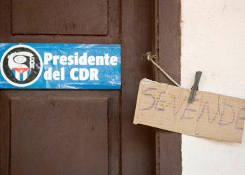 """Fotografía a la fachada de una vivienda con cartel de """"se vende"""", el 11 de julio de 2021, en La Habana (Cuba). Foto: EFE/Yander Zamora."""