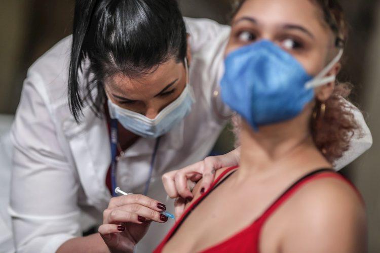 Una persona recibe una dosis de la vacuna contra covid-19 hoy, en el Palácio Tiradentes, antigua sede de la Asamblea Legislativa, en Río de Janeiro (Brasil). Foto: EFE/André Coelho.