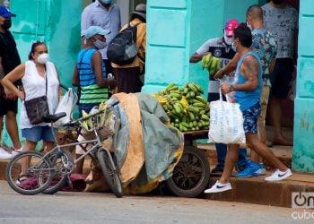 Vendedor ambulante de viandas en la Calle Infanta durante la pandemia. Foto: Otmaro Rodríguez.