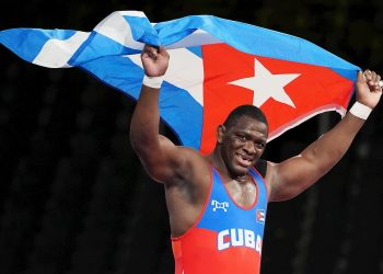 El multicampeón cubano Mijaín López celebra la victoria en la pelea por la medalla de oro en los Juegos Olímpicos de Tokio contra el georgiano Iakobi Kajaia. Foto: EFE.