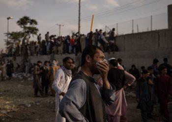 Un hombre se seca las lágrimas frente al muro del aeropuerto de Kabul, donde la evacuación es lenta y dìficil. | Foto: NYT