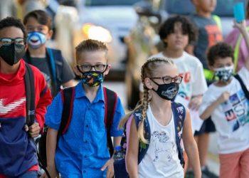Un grupo de estudiantes regresan a clases este lunes en Miami con sus máscaras puestas contra el COVID-19. Foto: NBC6.