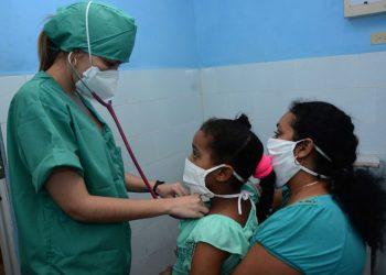 Atención a niños convalecientes de Covid en Cuerpo de Guardia del Hospital Pediátrico Universitario Paquito González Cueto, en la ciudad de Cienfuegos. Foto: Modesto Guitiérrez/ACN/Archivo.