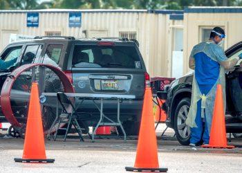 Trabajadores sanitarios hacen test diagnósticos de la COVID-19 a conductores en sus autos en el Tropical Park en Miami, Florida. Foto: Cristobal Herrera-Ulashkevich / EFE.