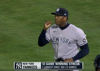 Chapman al finalizar el juego que le hizo merecedor del juego ganado número 300. Fotos: captura de pantalla de la transmisión por www.mlb.com