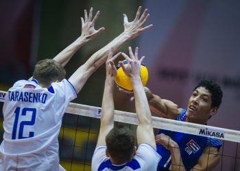 Momento del partido entre Cuba y Rusia, ganado por los rusos 3-0, en los octavos de final del Campeonato Mundial Sub-19 de voleibol masculino con sede en Irán. Foto: volleyballworld.com