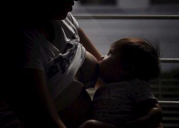 Una mujer amamanta a su hijo, en la Ciudad de México. Foto: Sáshenka Gutiérrez / EFE / Archivo.