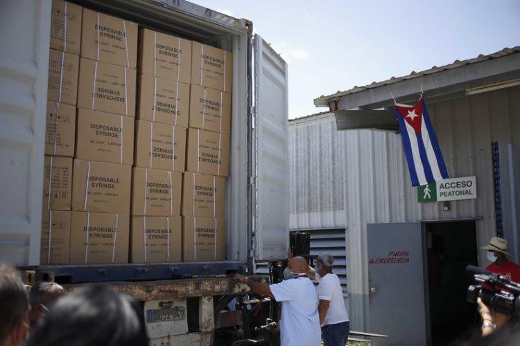 Recepción de jeringuillas donadas por la Red Canadiense de Solidaridad con Cuba, en la Empresa de Suministros Médicos (Emsume). La Habana, 17 de agosto de 2021.  FOTO: Ariel LEY ROYERO/ACN.
