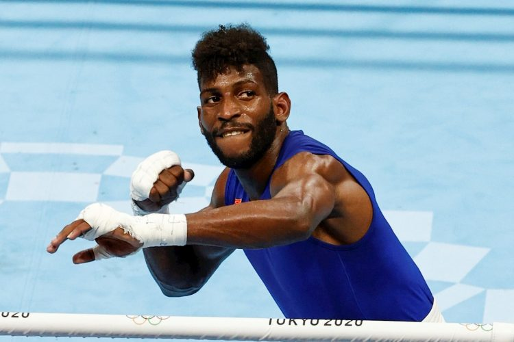 Andy Cruz de Cuba celebra tras ganar la medalla de oro del peso ligero masculino de boxeo en los Juegos Olímpicos 2020, este domingo en la Arena Kokugikan en Tokio (Japón). EFE/ José Méndez