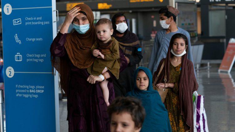 Una familia afgana arriba el lunes 30 de agosto de 2021 a Oakland, California. Foto: George Miller / AP.
